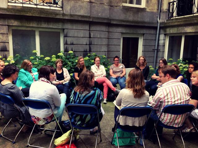 In groepjes het boek Tijgers in de nacht van Fiona McFarlane bespreken bij het boekenbloggersevent van Meulenhoff De Boekerij